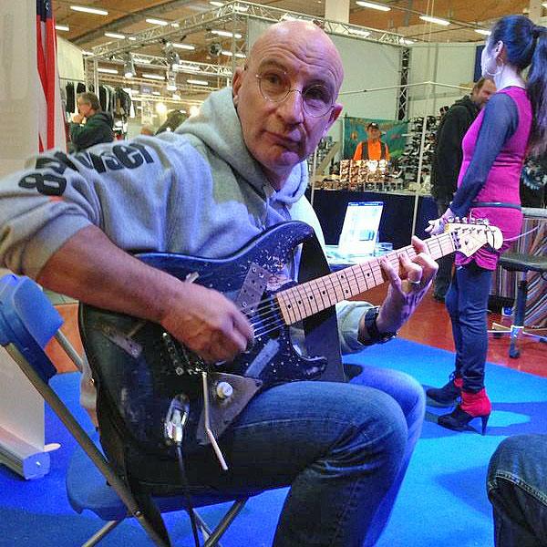 Lutz spielt Gitarre